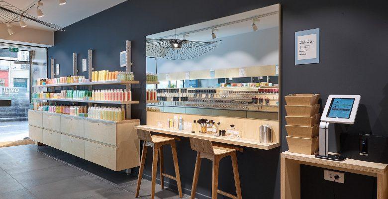 Agencer une boutique cosmétique : l'effet de la vitrine et des présentoirs